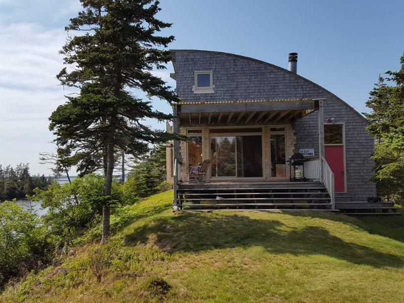 Bay Bluff Cottage ligger på en klippa med utsikt Eel Bay