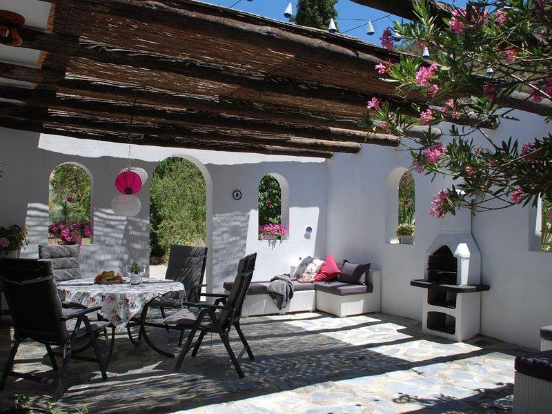 Vacker privat innergård med inbyggd grill för de ljumma kvällen kvällsmål