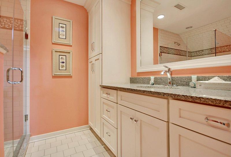 bathroom adjoining upstairs queen/twins bedroom