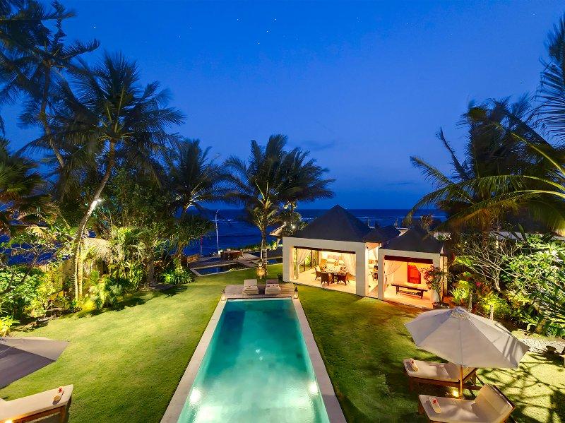 Maya - Jardín y piscina al atardecer