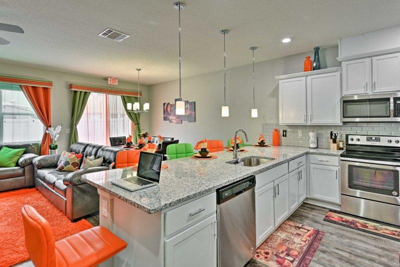Diese moderne Küche ist komplett mit neuen Geräten aus Edelstahl ausgestattet.