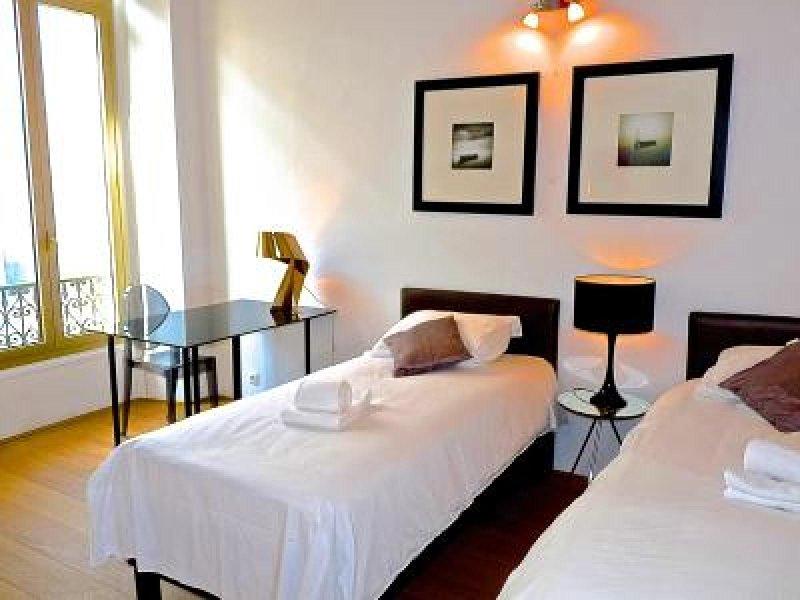El dormitorio principal tiene un área de estudio y un balcón