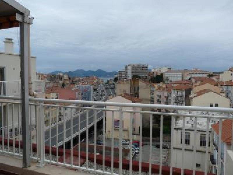 Vue sur la vieille ville de Cannes avec vue sur la mer au loin