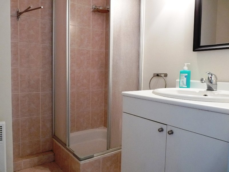 La salle de douche en bas des escaliers