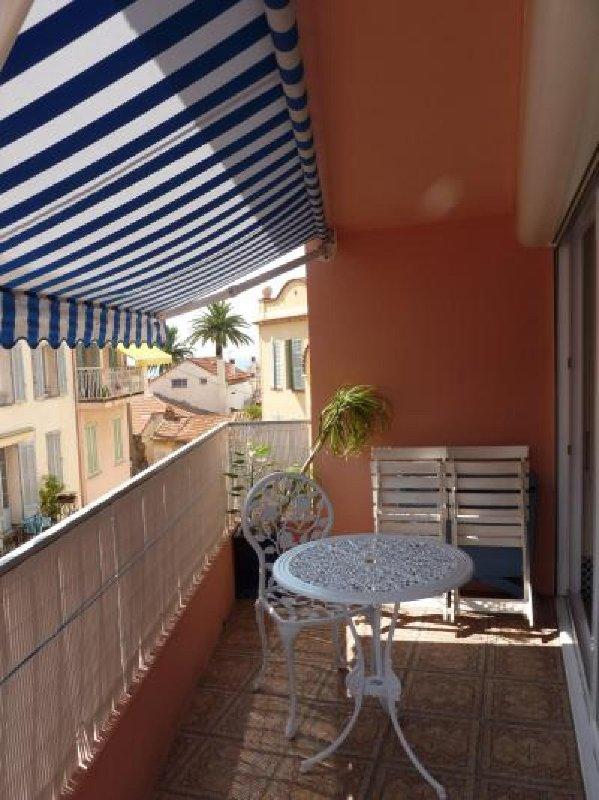 La deuxième terrasse avec table et chaises