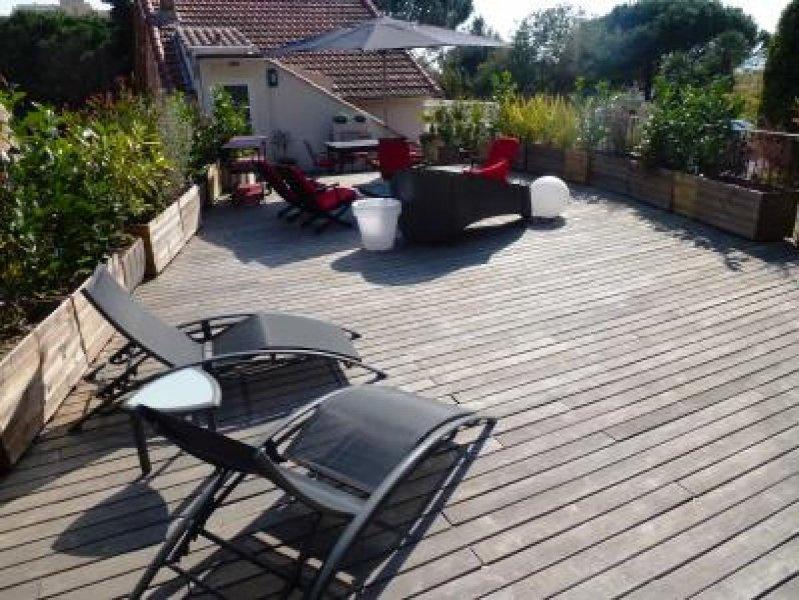 Une belle terrasse à l'arrière de la maison, pour obtenir le soleil à différents moments de la journée