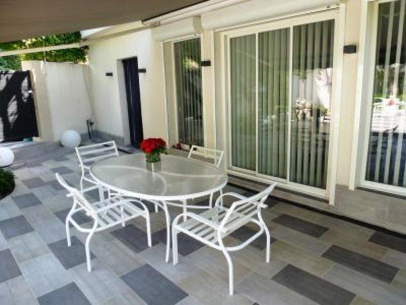 Le mobilier sur la terrasse avant