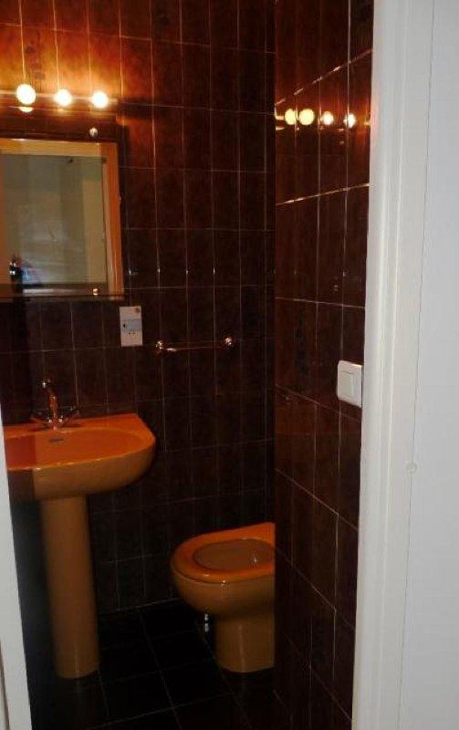 inodoro y lavabo de baño en la habitación doble