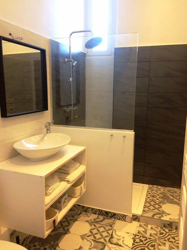 Salle de bains avec WC et douche à l'italienne