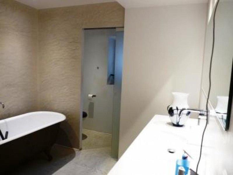 salle de bains attenante à la chambre principale