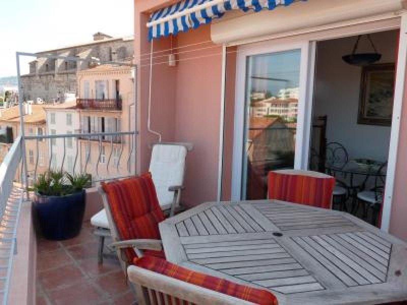 La terrasse avec table et chaises extérieures