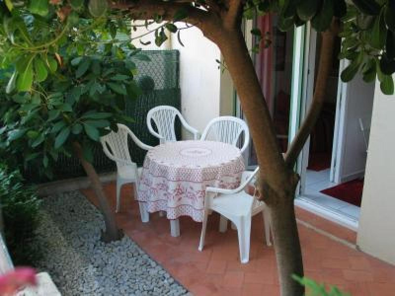 Terrace with table that seats four
