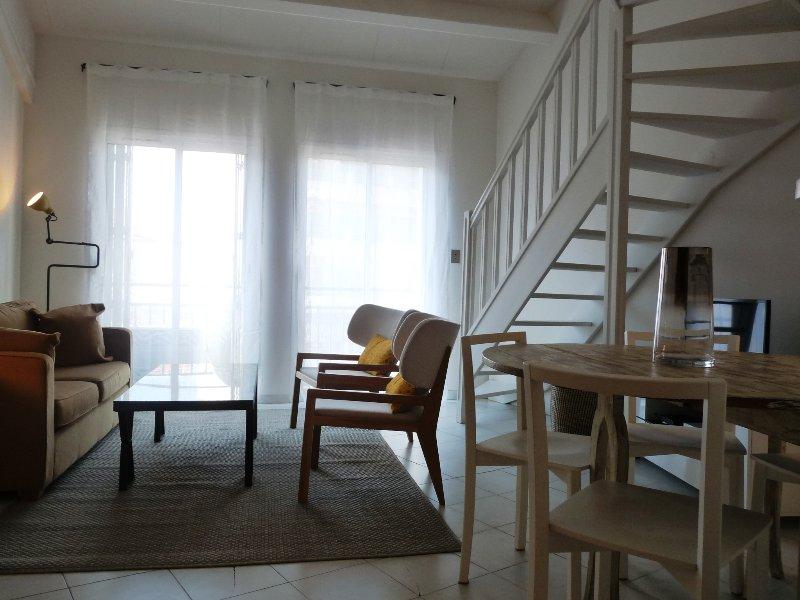 Une vue générale de la salle de séjour et les escaliers à la deuxième chambre