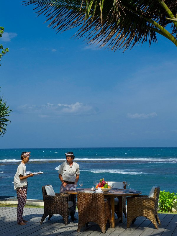 Majapahit Beach Villas - Beachside dining