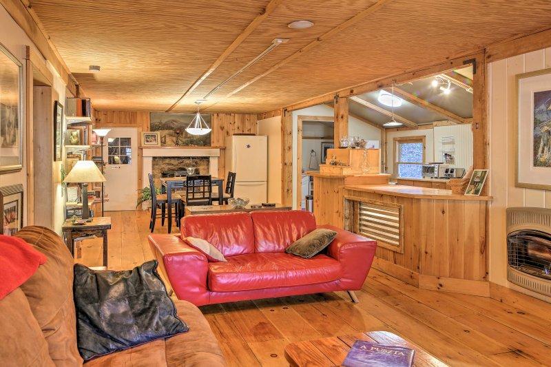 Hardhouten vloeren verbindt de open plattegrond van de leefruimte.