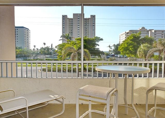 Relaxing inland condo w/ heated pool just a short walk from the beach, location de vacances à Goodland