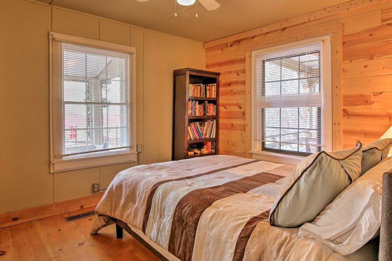 De tweede slaapkamer biedt een queen bed.