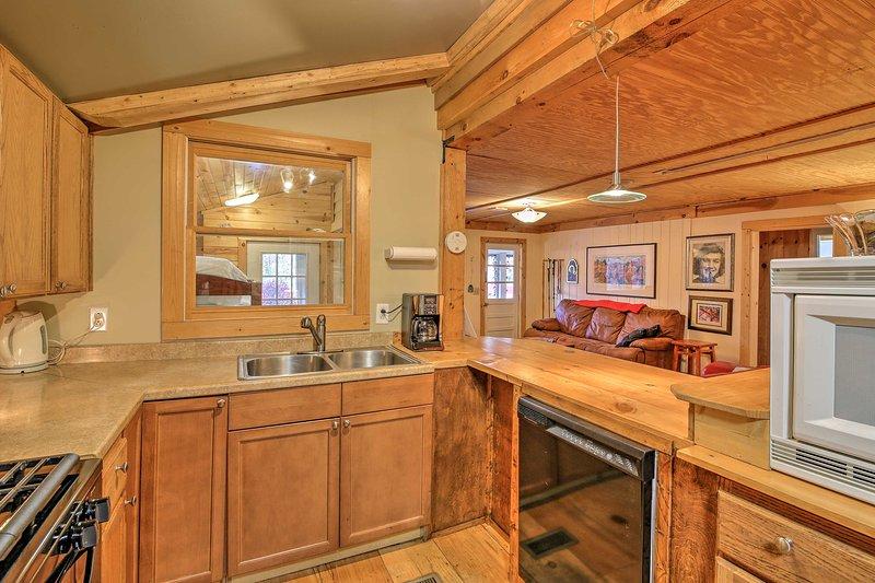 Met ruime counterspace en alle benodigde kookgerei, de keuken maakt het koken een koud kunstje.
