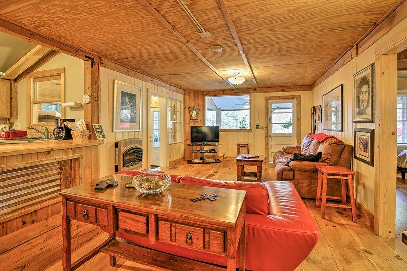 Warme kleuren, uitnodigend decor, en comfortabel ingericht nodigen u uit in de gezellige huisje.