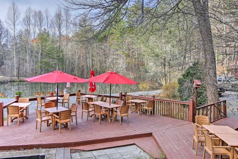 Dineren op deze ruime terras met uitzicht op de vijver.