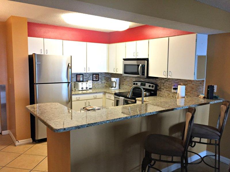 Voll ausgestattete Küche mit neuen Edelstahl Geräte, Kaffee und Eisbereiter