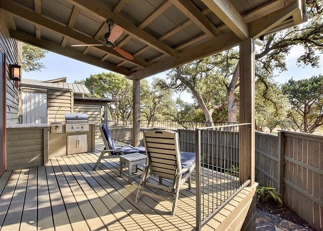 Chic Cabin with Outdoor Kitchen, Pool & Spa at The Reserve at Lake Travis, alquiler de vacaciones en Point Venture