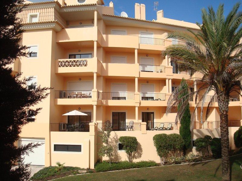 Sul enfrentou terraço 45 m2 com portas de correr, 2 sunlayers, 2 relaxar cadeiras e mesa de jantar.