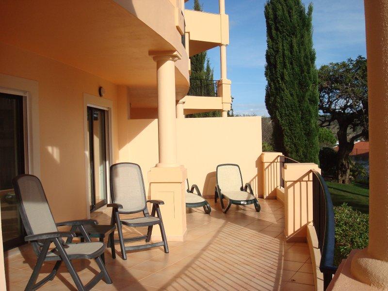 Sud face terrasse avec 2 couches, 2 chaises de luxe et table pour 6 personnes.