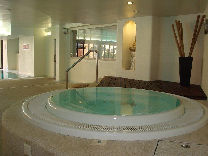 Whirlpool situé dans les installations de la piscine intérieure.