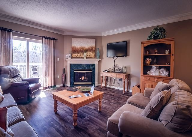 Piso de madera, chimenea de gas, TV de pantalla plana con DVD