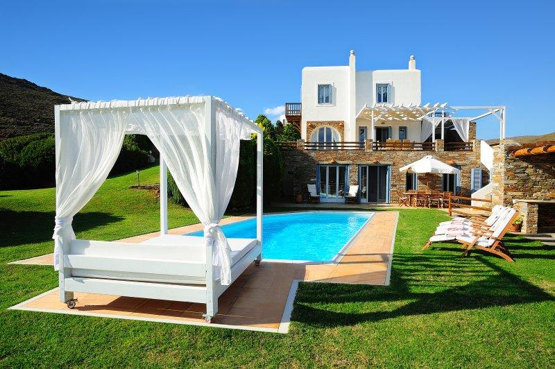 Vue d'ensemble de notre villa de luxe à Andros avec piscine privée et grand jardin