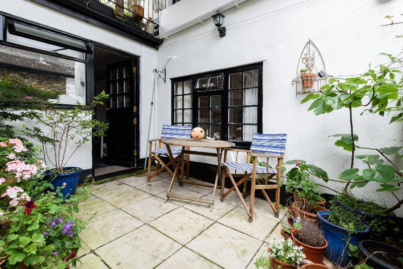 Old Chapel Cottage is pretty apartment with parking and courtyard garden close to the heart of Looe.