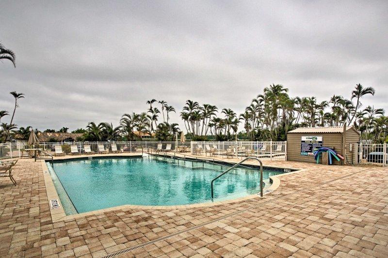 Rilassatevi in una delle 2 piscine comunità.