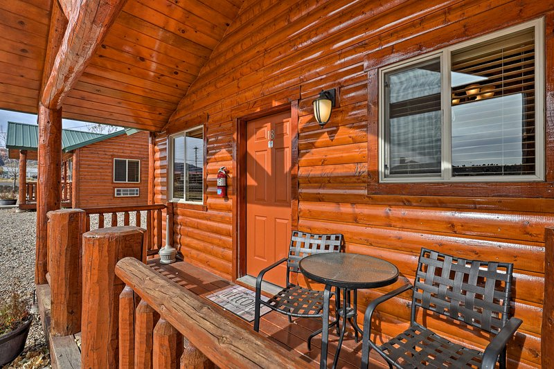 This 2-bedroom, 2-bathroom Tropic vacation rental cabin is the perfect destination for your next vacation!