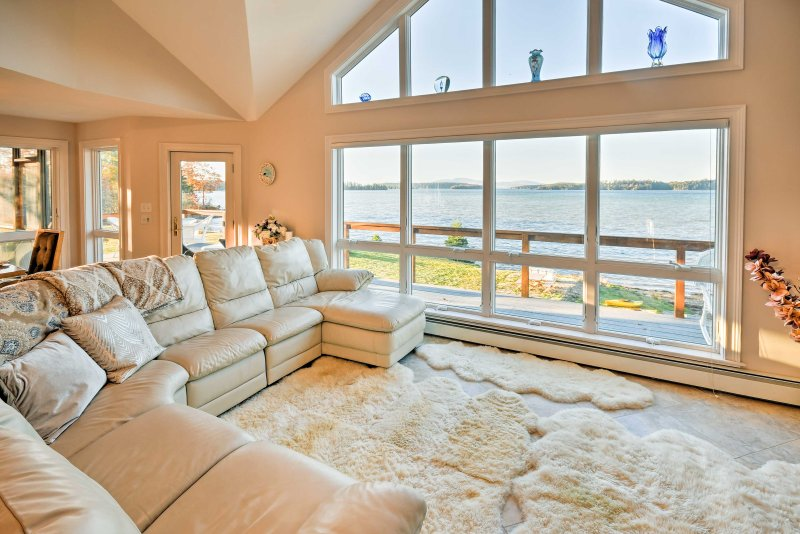 Luxurious Oceanfront Flanders Bay Home w/ Kayaks!, holiday rental in Sullivan