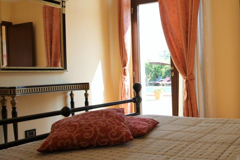 CAMERA VISTA GIARDINO/ GARDEN VIEW BEDROOM