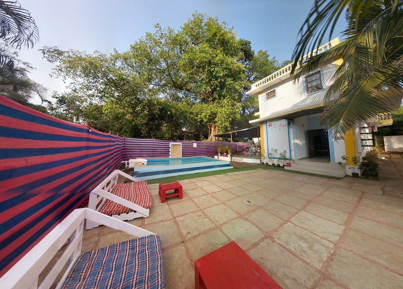 The Marine 6-bedroom villa with pool&breakfast/3mts walk to the beach, vacation rental in Candolim