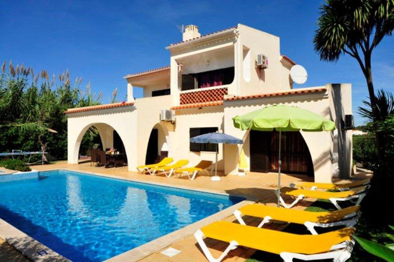 Villa Palmeiras - 4 Bed, 4 Bath, Private Pool, Near to Castelo Beach & Albufeira, holiday rental in Sesmarias