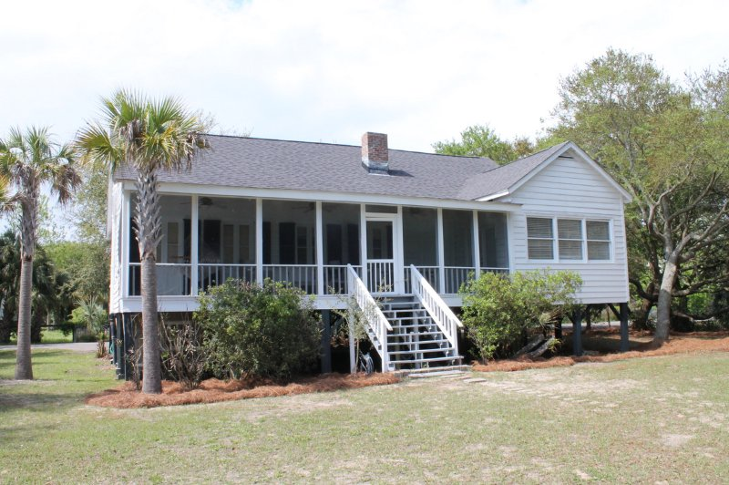Rustic Beach House in Great Location only 2 Blocks from the Beach!, vacation rental in Sullivan's Island