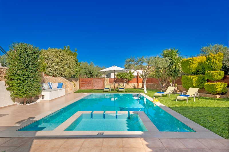 Grand size 8x4,5 Pool with Jet/Spa in the children section!