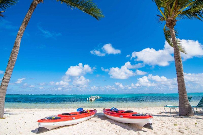 Notre plage avec 2 Kayaks Tandem pour votre usage!