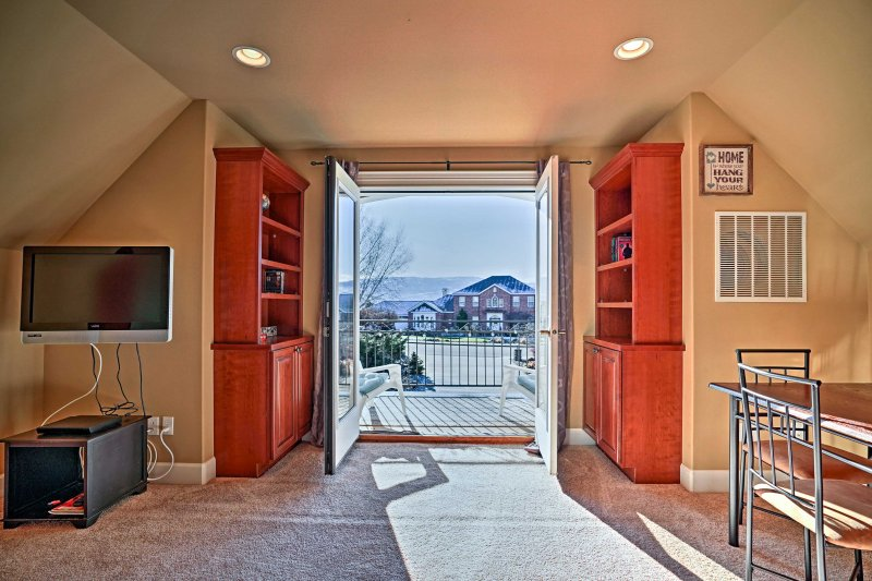 The centerpiece of the unit is the private balcony that looks out onto valley views.