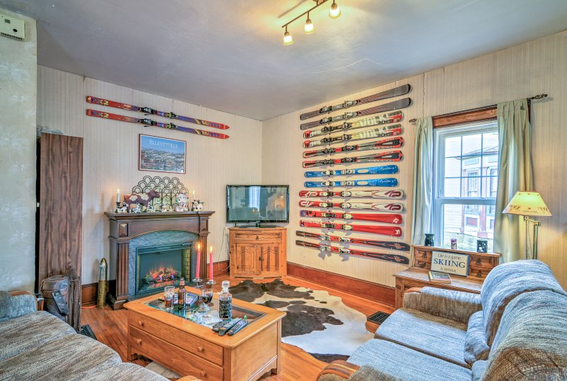 With over 1,000 square feet of well-appointed living space, this home sleeps 10.