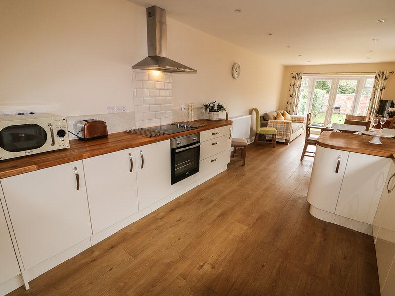 NUHOLME, pet friendly, enclosed garden, summer house, in Stalham, Ref. 968036, holiday rental in Ludham