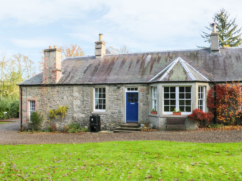 BEECH COTTAGE, WiFi, woodburning stove, woodland nearby, Ref 964622, holiday rental in Denholm