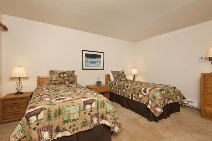 Spacious 3rd Bedroom With Twin Beds
