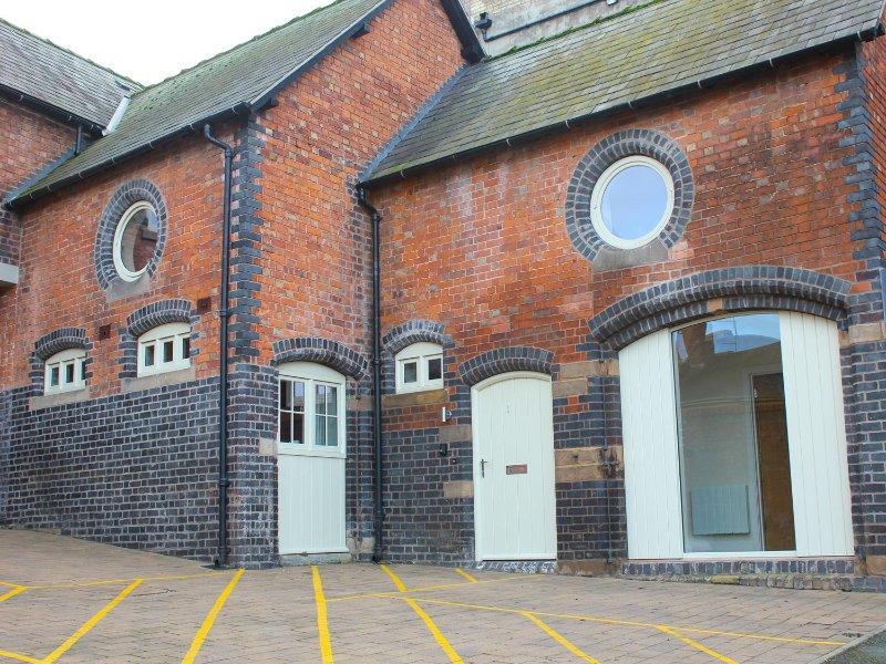 THE CARRIAGE HOUSE, open plan living, en-suite, centre of Shrewsbury, Ref 937317, location de vacances à Hadnall
