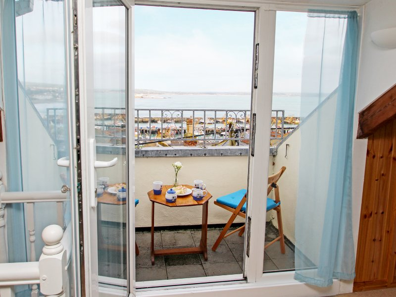 KITTIWAKE, sea views, WiFi, off road parking for 1, Sky Sports, petas welcome, vacation rental in Newlyn