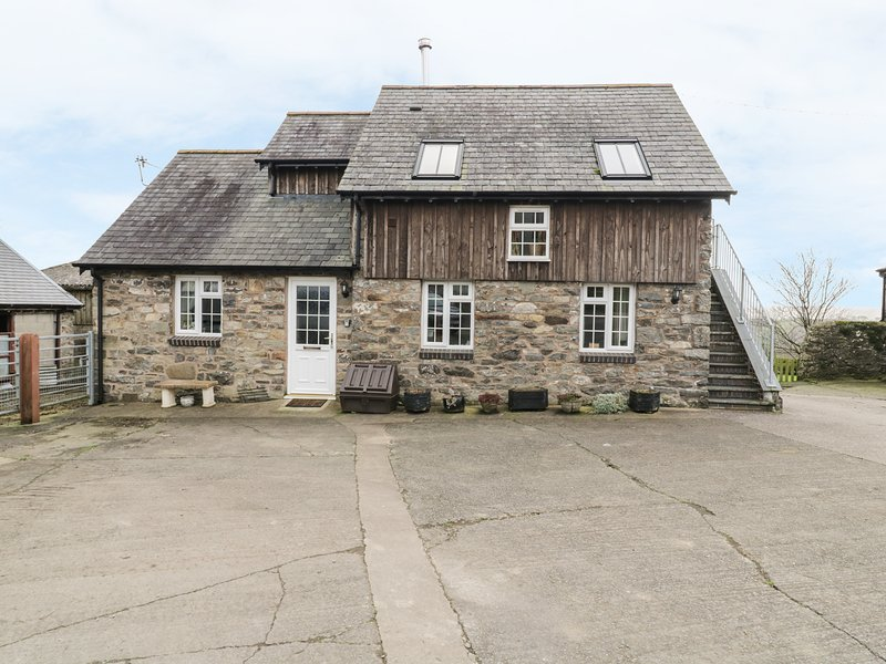 HALFEN GRANARY, woodburner, Jacuzzi bath, parking, garden, near Llanfyllin, Ref, holiday rental in Llanwddyn