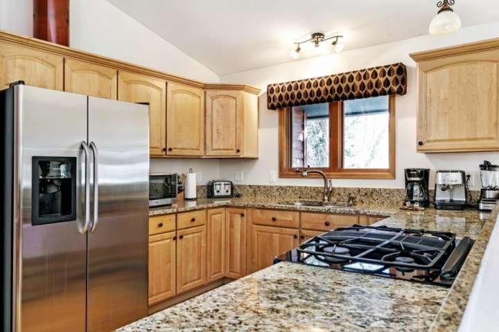 assez de place pour plusieurs cuisiniers dans cette cuisine entièrement équipée.